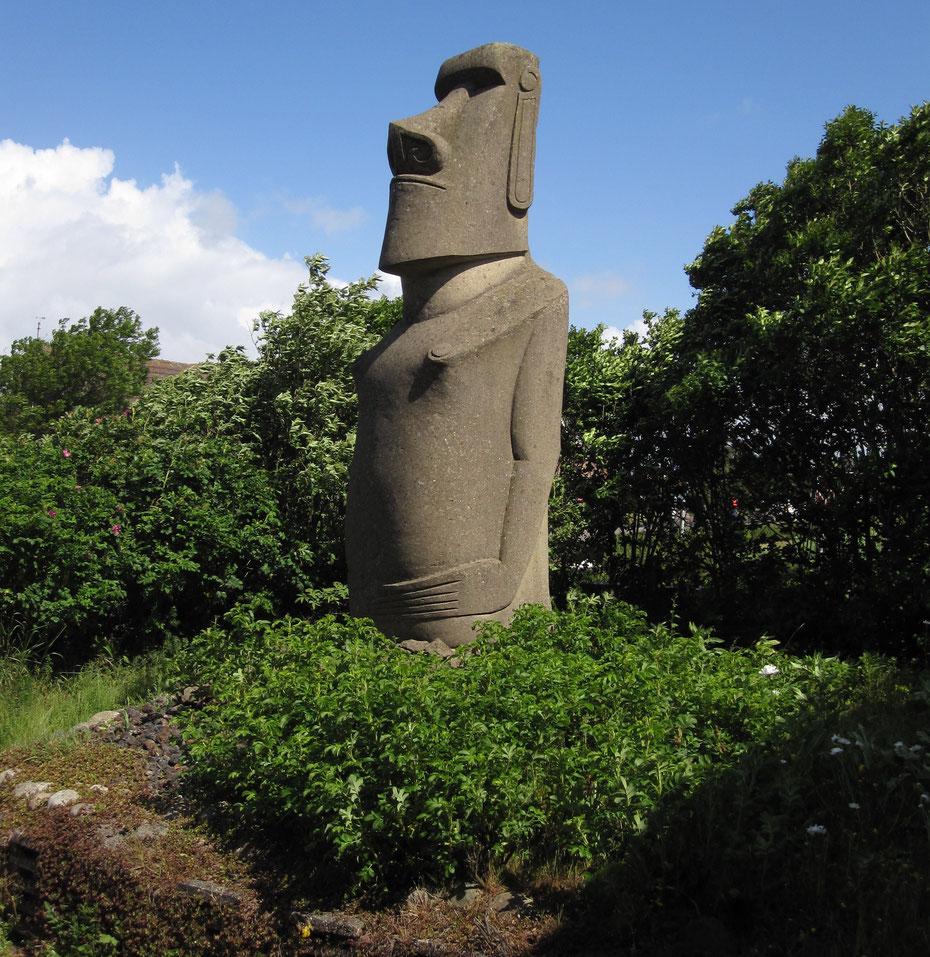 """<img src=""""image.jpg"""" alt=""""Een imposante Moai, Paaseiland beeld, in de tuin van de """"Eiland Galerij"""" op Texel"""">"""