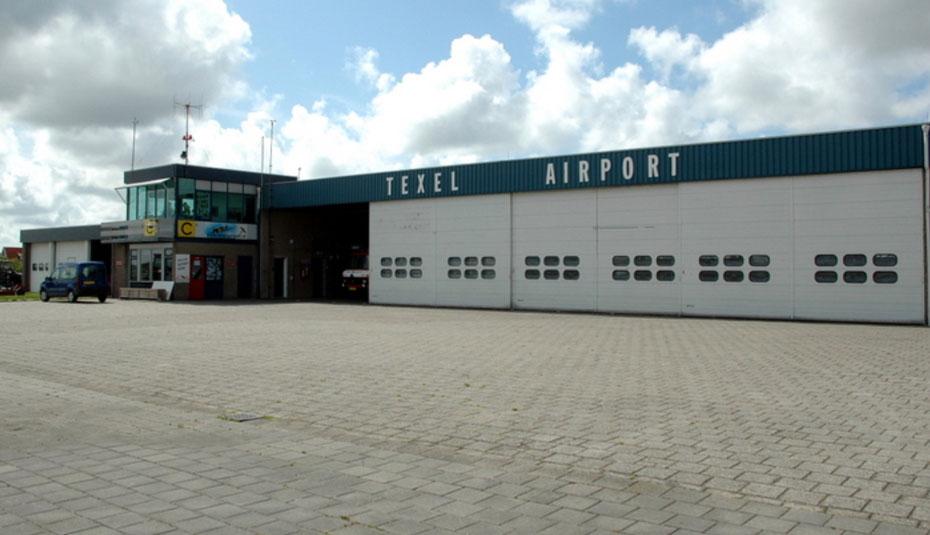 """<img src=""""image.jpg"""" alt=""""Hangar met het Vluchtleiding kantoor op Texel Airport"""">"""