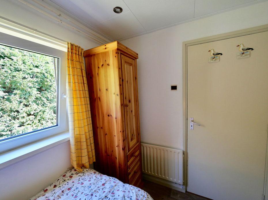 "<img src=""image.jpg"" alt=""Slaapkamer met draai/kiepraam en garderobekast van Vakantiehuis, Recreatiebungalow 258, ""Groenoord"" op bungalowpark De Parel, Texel."">"