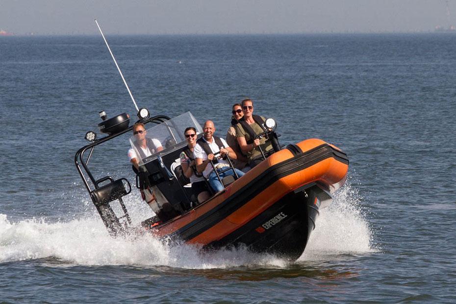 """<img src=""""image.jpg"""" alt=""""Snelle powerboat in een RIB experience bij Texel"""">"""