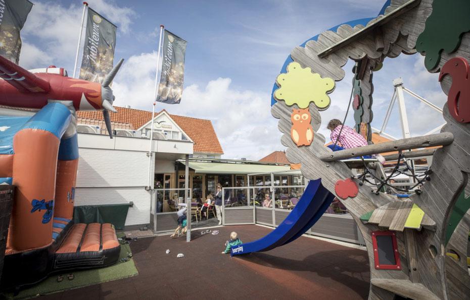 """<img src=""""image.jpg"""" alt="""" Speeltuin van restaurant orangerie """"t Vogelhuis"""", De Koog, Texel."""">"""