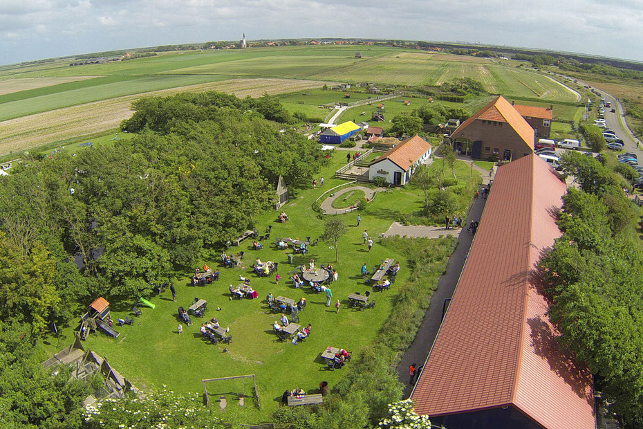 """<img src=""""image.jpg"""" alt=""""Landgoed """"De Bonte Belevenis"""" aan de duinen bij Den Hoorn, Texel"""">"""