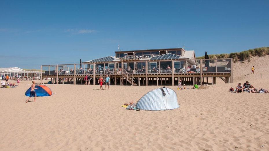 """<img src=""""image.jpg"""" alt=""""Het terras van """"Paal 17"""" vanaf het strand gezien"""">"""