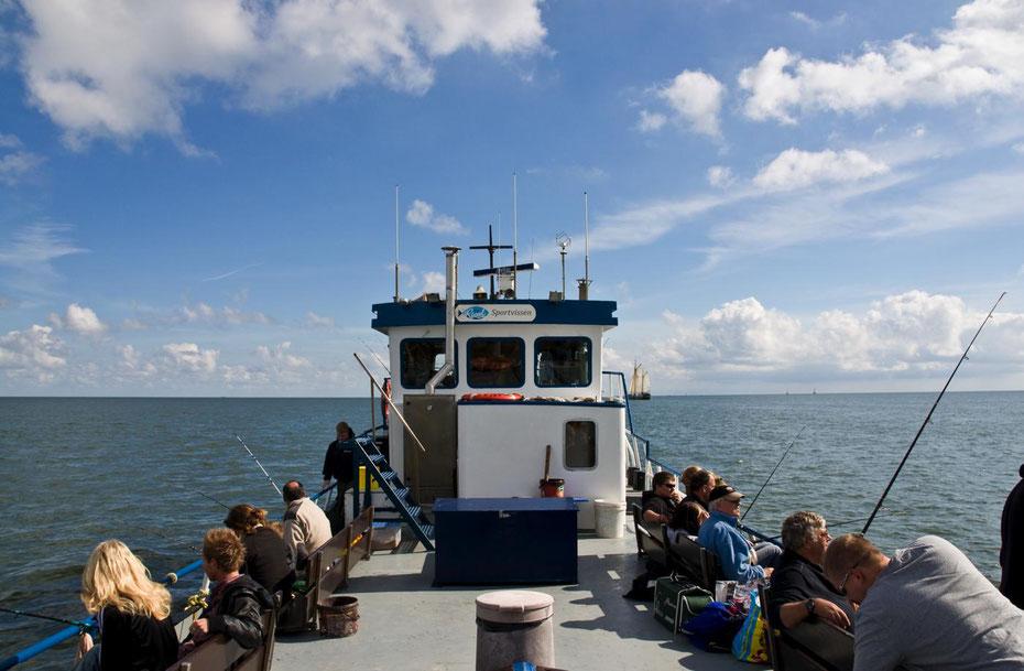 """<img src=""""image.jpg"""" alt=""""Het M.S RIVAL met sportvissers in de zon op de Waddenzee bij Texel"""">"""