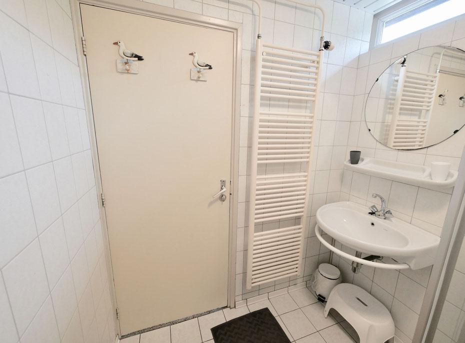 """<img src=""""image.jpg"""" alt=""""Doucheruimte met wastafel en design radiator van Bungalow, Vakantiehuis, Ferienhaus, Urlaub Haus  258, """"Groenoord"""" op bungalowpark De Parel, Texel."""">"""