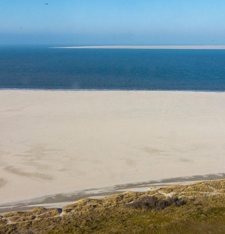 """<img src=""""image.jpg"""" alt=""""Het uitzicht vanaf de vuurtoren """"Eierland"""" van De Cocksdorp op Texel in de richting van De Vliehors op Vlieland"""">"""