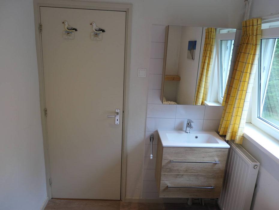 """<img src=""""image.jpg"""" alt=""""Slaapkamer met wastafel en spiegel van vakantiebungalow, Ferienhaus 258, """"Groenoord"""" op bungalowpark De Parel, Texel."""">"""