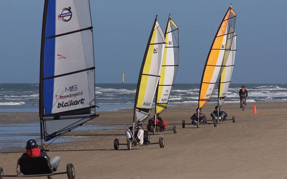 """<img src=""""image.jpg"""" alt=""""Blokarts op het strand van Texel in actie"""">"""