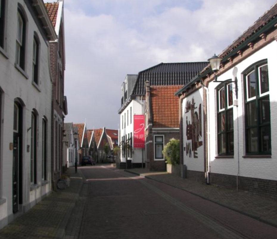 """<img src=""""image.jpg"""" alt="""" De ingang van sterrenrestaurant """"Bij Jef"""" in Den Hoorn op Texel"""">"""