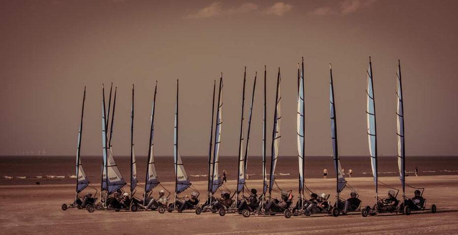 """<img src=""""image.jpg"""" alt=""""Blokarts op het strand van Texel bij Paal 17"""">"""
