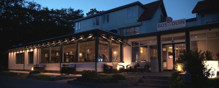 """<img src=""""image.jpg"""" alt=""""Restaurant """"BOSQ"""" te Den Hoorn op Texel bij avond."""