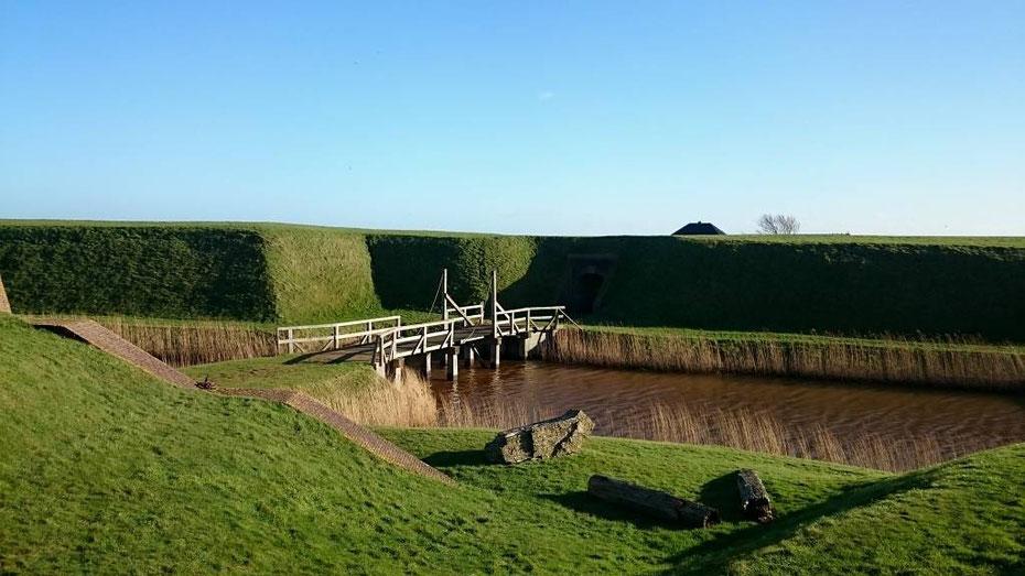 """<img src=""""image.jpg"""" alt=""""Ophaalbruggetje binnen """"Fort de Schans bij Oudeschild op Texel."""">"""