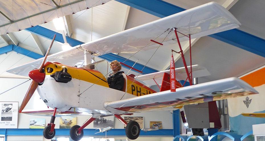 "<img src=""image.jpg"" alt=""Dubbeldekker in het ""Luchtvaart- en Oorlogsmuseum Texel"" , LOMT"">"