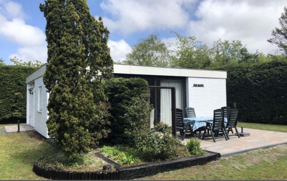"""<img src=""""image.jpg"""" alt=""""Vakantiehuis, Ferienhaus Texel, voorzijde met terras."""