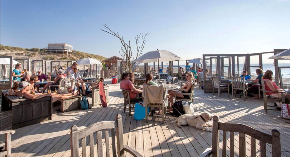 """<img src=""""image.jpg"""" alt=""""Het strandpaviljoen Paal 19 met een ruim terras op Texel"""">"""
