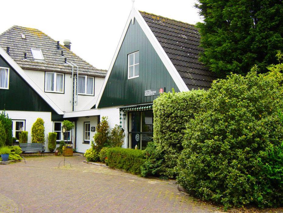 "<img src=""image.jpg"" alt=""Ingang van Hotel ""Brasserie Rebecca"" in de Waal op Texel."">"