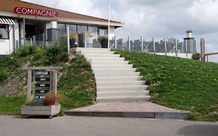 """<img src=""""image.jpg"""" alt=""""Restaurant """"De Compagnie"""" in Oudeschild op Texel met een prachtig uitzicht over de haven en de Waddenzee"""">"""