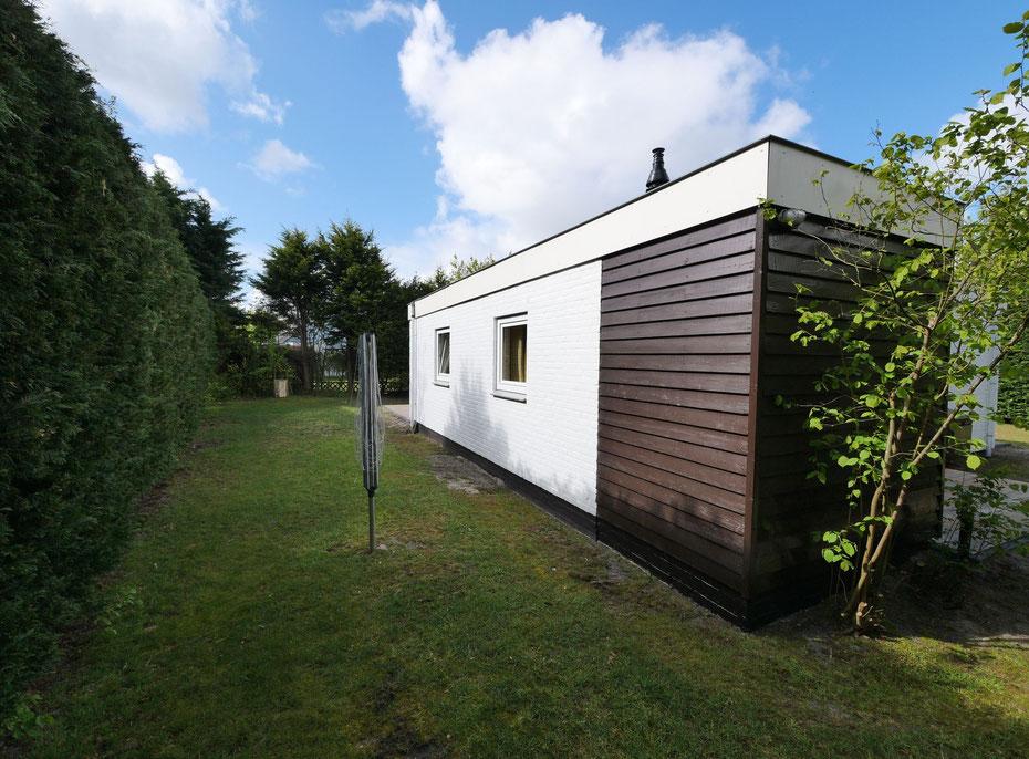 """<img src=""""image.jpg"""" alt=""""Zijkant met droogmolen van Recreatiebungalow, Vakantiebungalow, Ferienhaus  258, """"Groenoord"""" op bungalowpark De Parel, Texel"""">"""