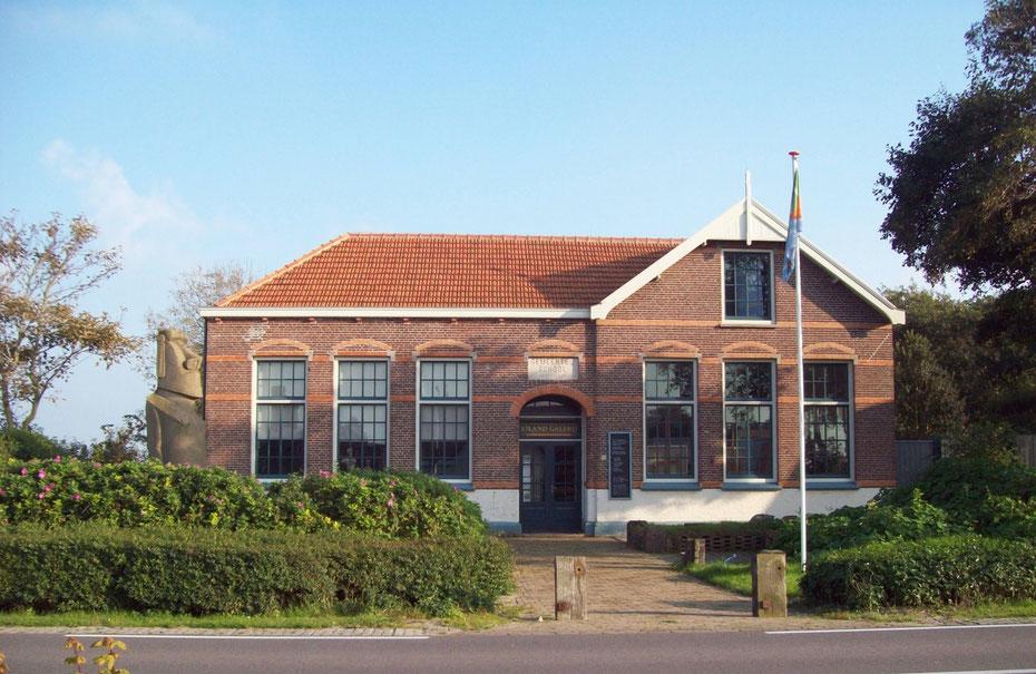 """<img src=""""image.jpg"""" alt=""""De Eiland Galerij, de oude school van Eierland, op Texel van Niek Welboren en Kerstin Edelmann"""">"""
