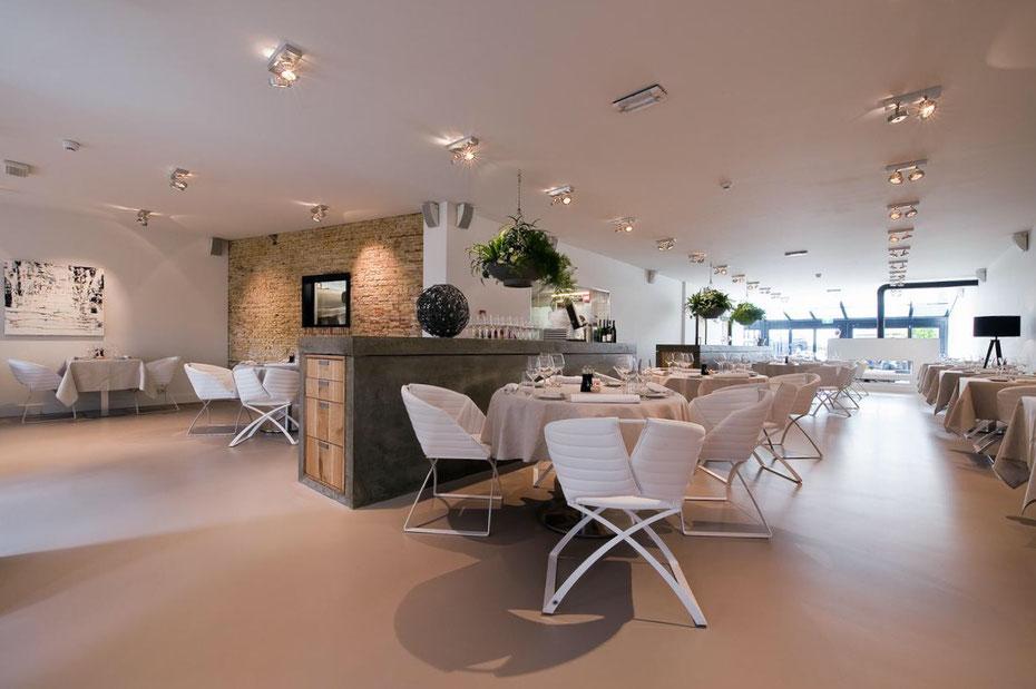 """<img src=""""image.jpg"""" alt=""""Het moderne interieur van sterrenrestaurant """"Bij Jef"""" in Den Hoorn op Texel"""">"""