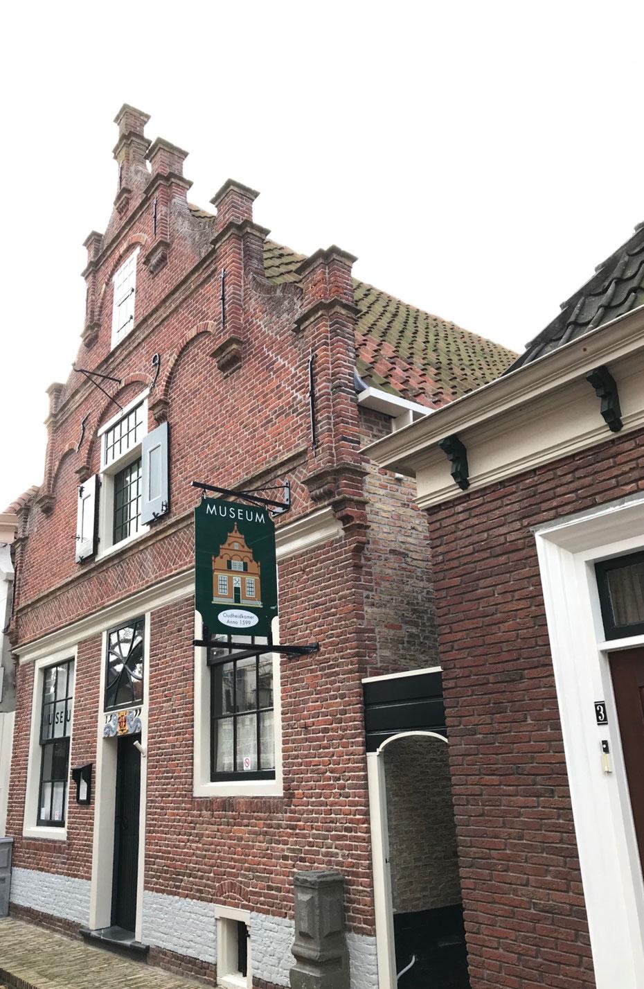 """<img src=""""image.jpg"""" alt=""""De Oudheidkamer in Den Burg op Texel"""">"""
