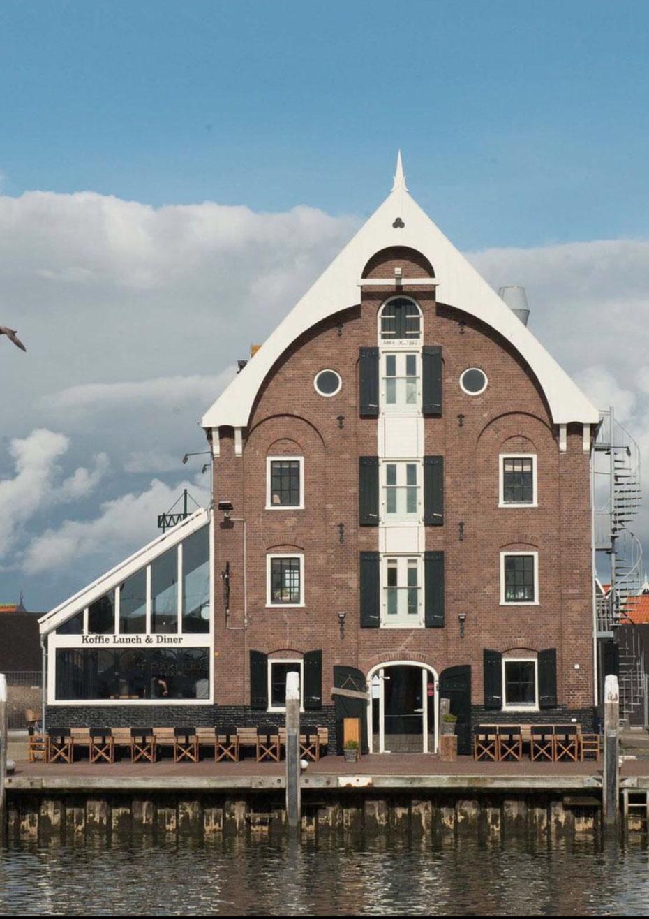 """<img src=""""image.jpg"""" alt=""""Het vooraanzicht van visrestaurant 't Pakhuus te Oudeschild op Texel."""">"""