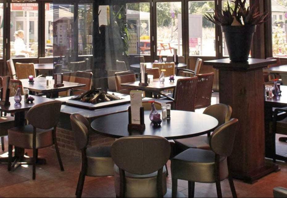 """<img src=""""image.jpg"""" alt=""""Interieur van restaurant orangerie 't Vogelhuis, te De Koog, Texel."""">"""