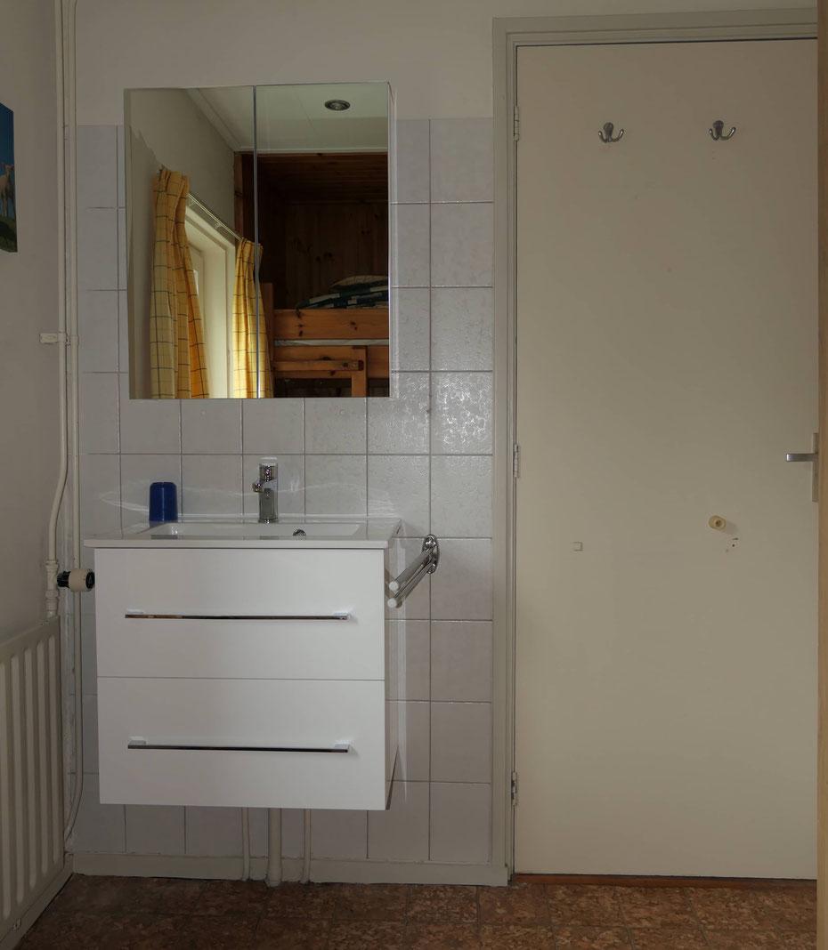 """<img src=""""image.jpg"""" alt=""""Slaapkamer met wastafel en spiegel van Recreatiebungalow, Vakantiehuis, Ferienhaus, Urlaub Haus 258, """"Groenoord"""" op bungalowpark De Parel, Texel."""">"""