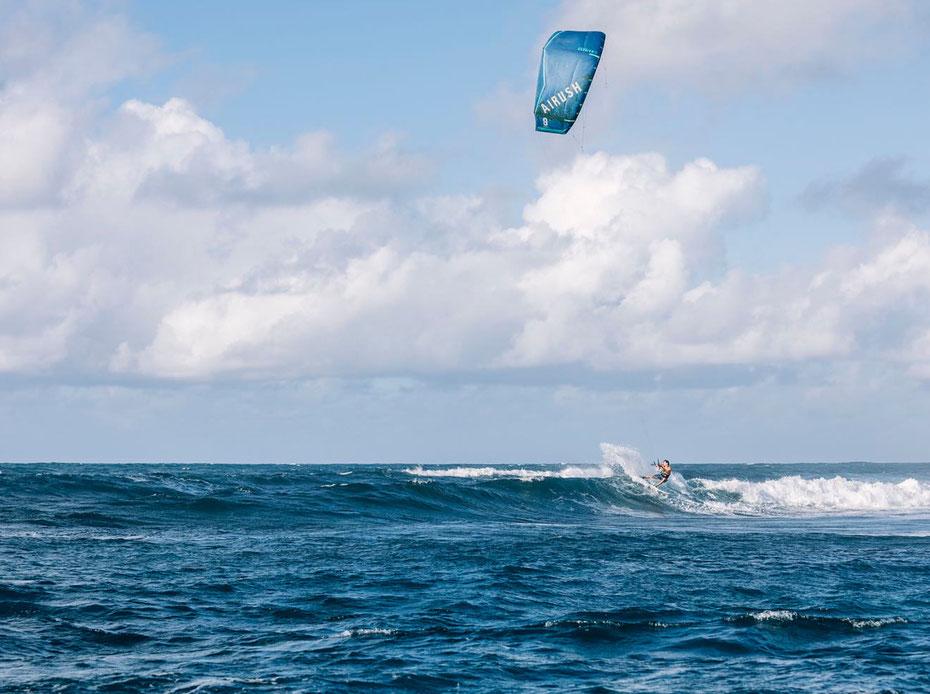 """<img src=""""image.jpg"""" alt=""""Kitesurfer in actie op de golven bij Texel"""">"""
