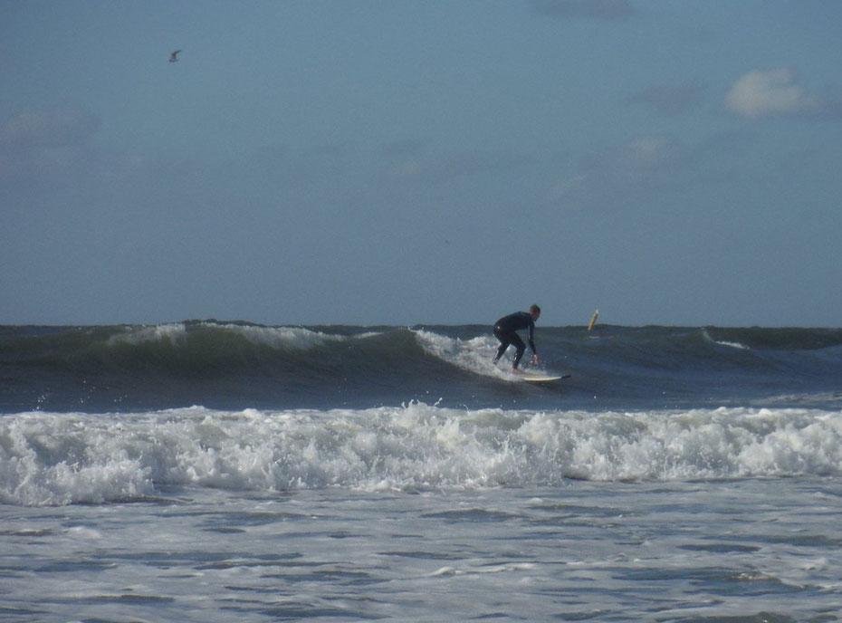 """<img src=""""image.jpg"""" alt=""""Surfer in actie in de branding bij Paal 9 """">"""