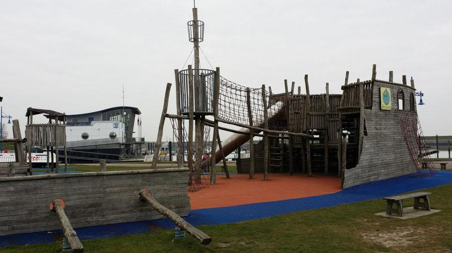 """<img src=""""image.jpg"""" alt=""""Het piratenspeelwrak voor de kinderen buiten het restaurant """"De Compagnie"""" te Oudeschild op Texel"""">"""