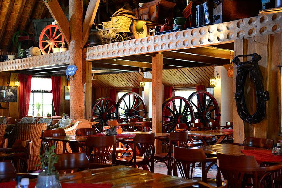 """<img src=""""image.jpg"""" alt=""""Interieur van boerderijrestaurant """"De Catharinahoeve"""" te Den Burg op Texel"""">"""