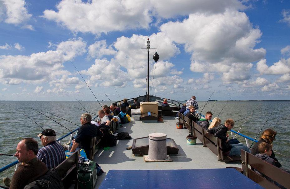 """<img src=""""image.jpg"""" alt=""""Sportvissers op het M.S. Rival op de Waddenzee bij Texel"""">"""