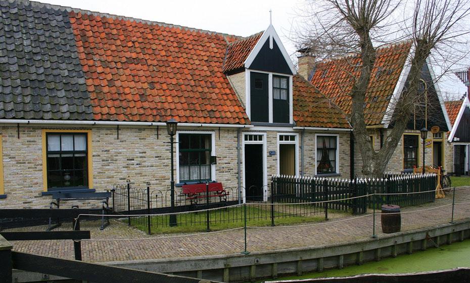 """<img src=""""image.jpg"""" alt=""""Het buiten museum van het Kaap Skil Museum in Oudeschild op Texel"""">"""