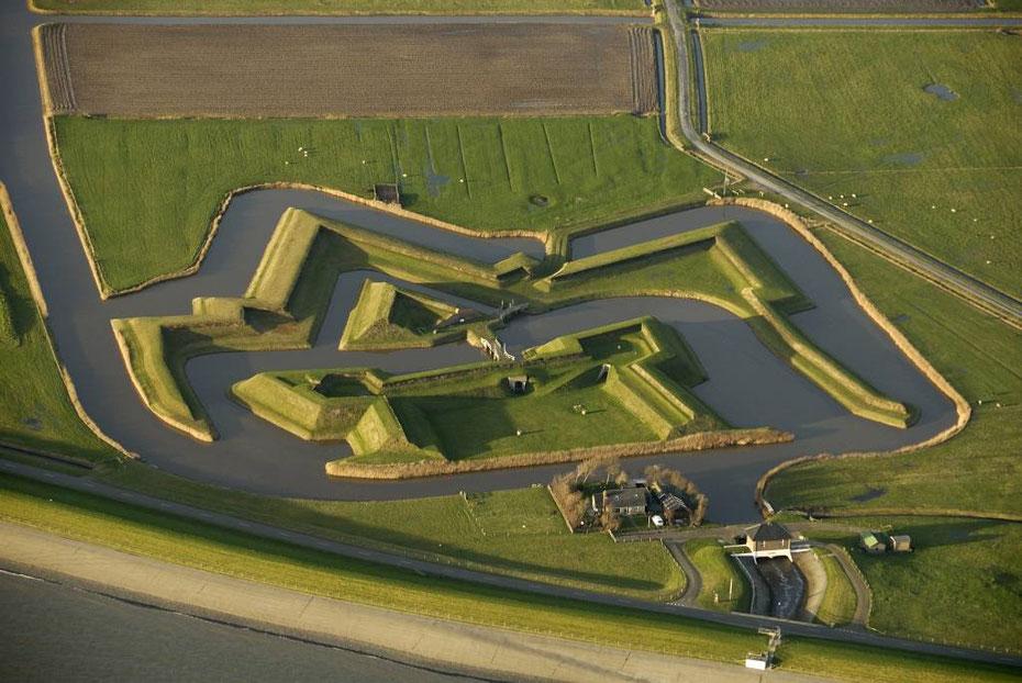 """<img src=""""image.jpg"""" alt=""""Het stervormige """"Fort de Schans"""" ten westen van Oudeschild op Texel."""">"""