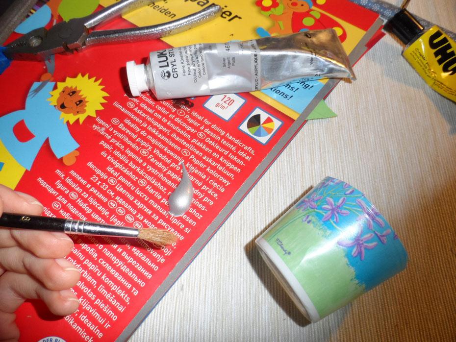 Schritt 8: Malt nun mit der Acrylfarbe den Becher an, am Besten mit zwei Schichten Farbe, außerdem genügt außen, da man die innere Seite später nicht mehr sieht.