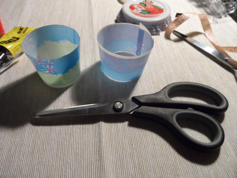 Schritt 2: Schneidet den Becher in zwei Teile (es geht einfacher, wenn ihr zuerst den oberen Rand abschneidet)