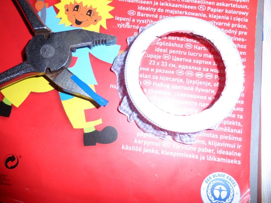 Schritt 7: Nehmt euch nun die Kneifzange zur Hand, beklebt eine Seite mit Klebe- oder Isolierband (um Kratzer zu vermeiden) und beginnt nun, die scharfe Kante nach innen bzw. nach unten zu biegen.