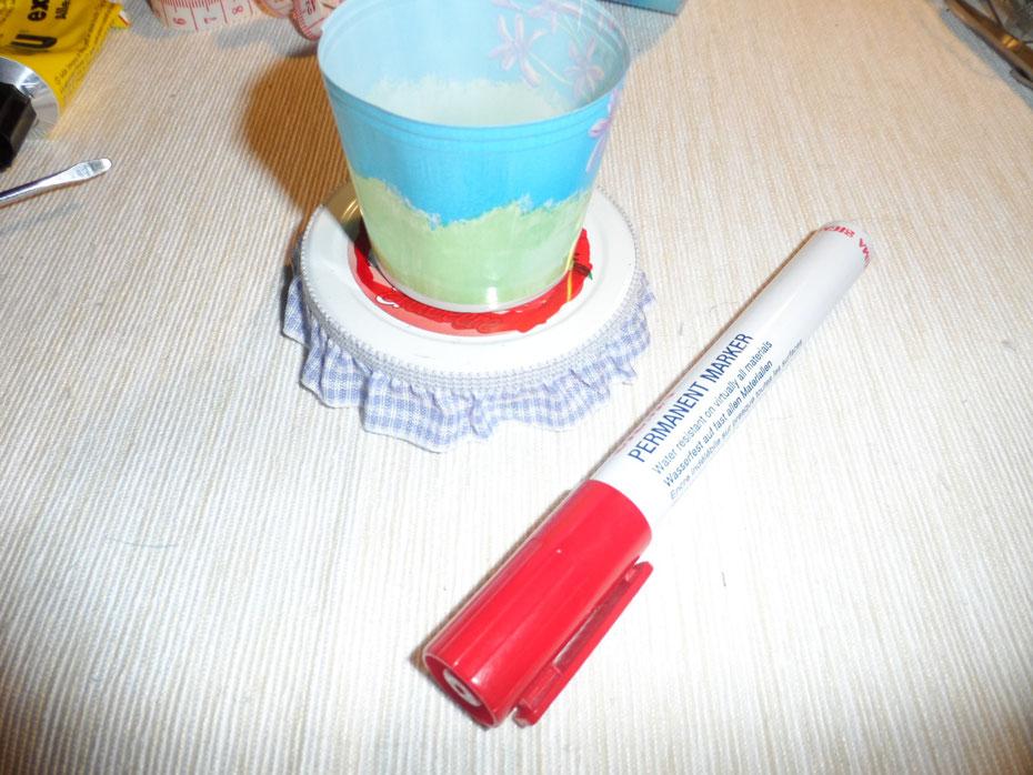 Schritt 3: Tragt nun den Umriss von dem Becher mit etwas Zuschlag auf den Deckel ab