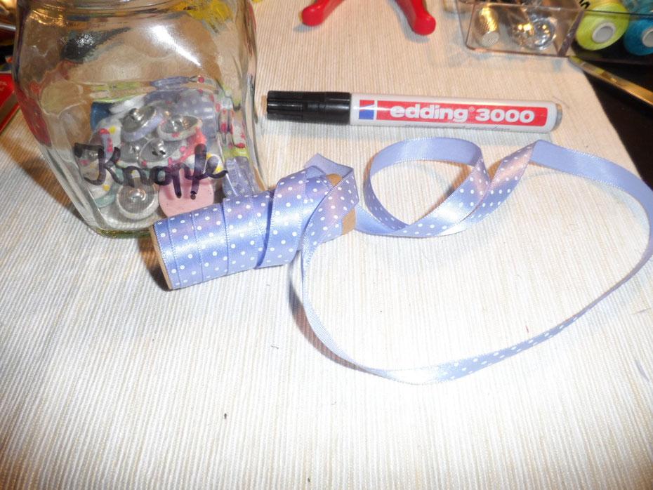Schritt 14: Nun könnt ihr das Glas noch in Schönschrift beschriften und die andere Borte ober- und unterhalb der Schrift anbringen.