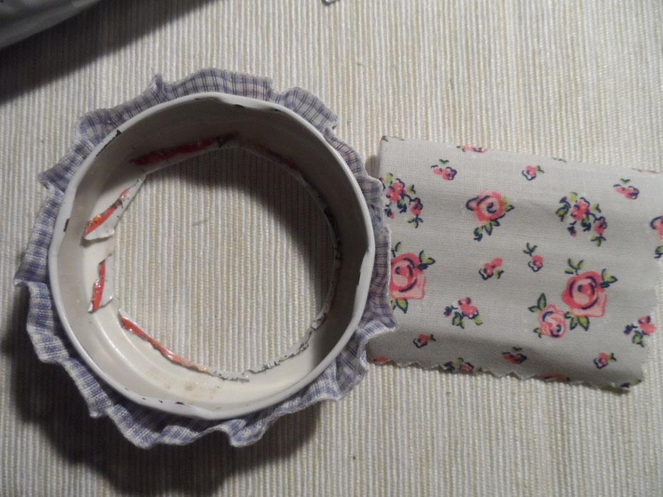 Schritt 11: Schneidet ein Quadrat (oder einen passenden Kreis) aus dem Stoff und bestreicht die Innenseite des Deckels mit Kleber. Legt dann einfach den Stoff in dem Innenkreis aus und drückt ihn rundherum gut fest.