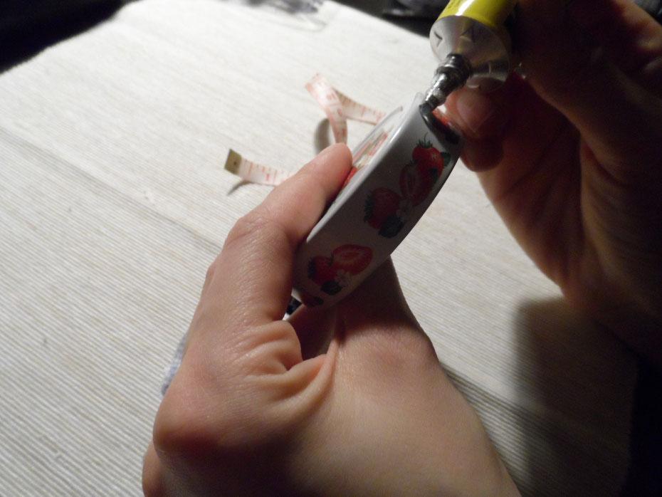 Schritt 1: Dreht den Deckel ab und bestreicht die Seite einmal rundherum mit Kleber