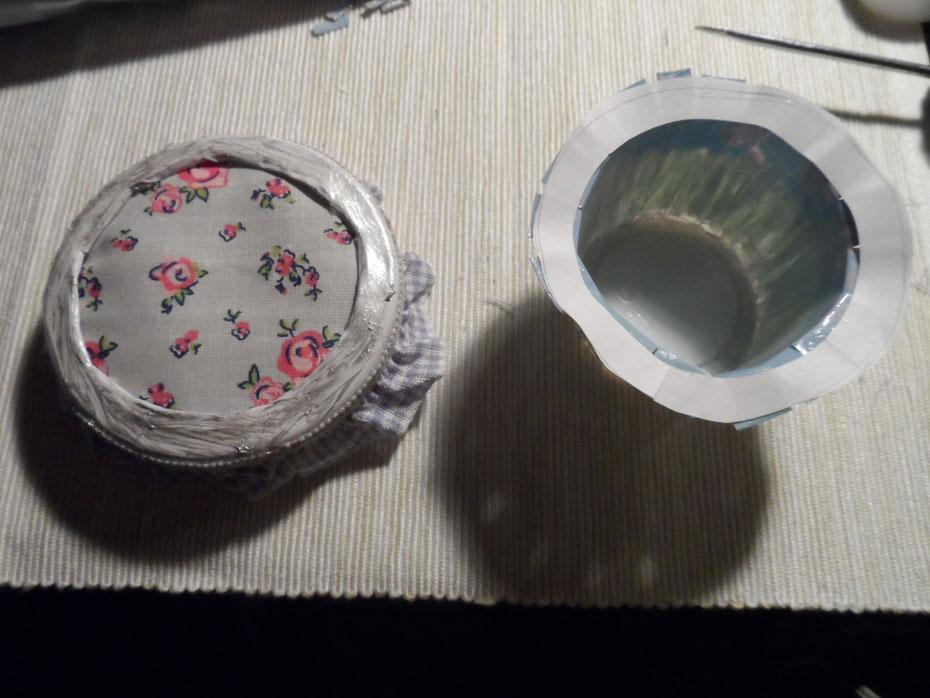 Zwischenstand: So sehen nun Ober- und Unterteil aus. Ich habe noch den rand des Deckels mit silberner Farbe bestrichen, da ich ihn mit der Zange ein wenig zerkratzt hatte.