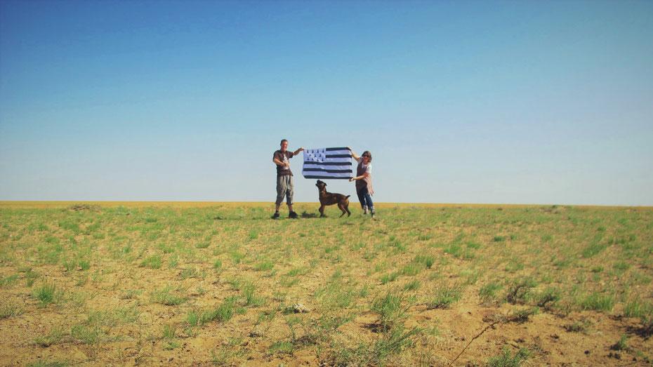 bigousteppes mongolie drapeau breton camion mercedes chien