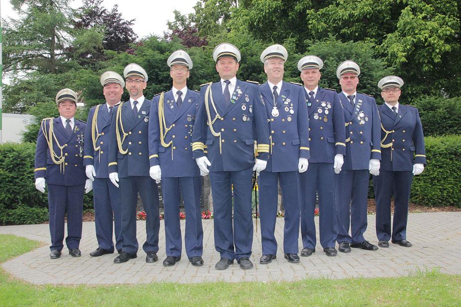 Die Marine-Offiziere vor dem Denkmal