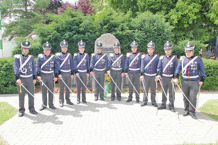 Die blauen Dragoner vor dem Denkmal