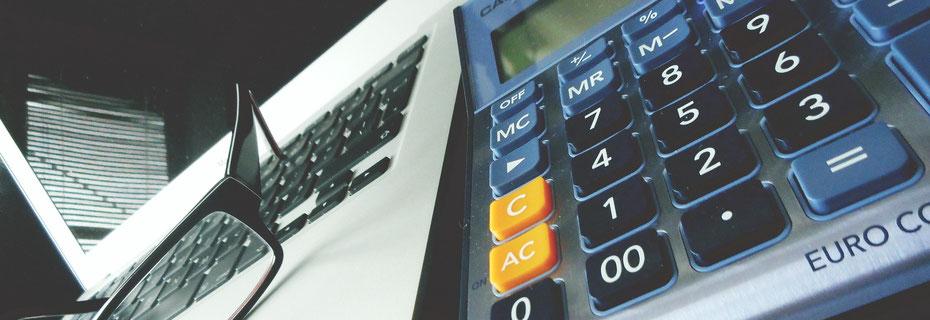 Steuererklärung ausfüllen, Computer, Taschenrechner