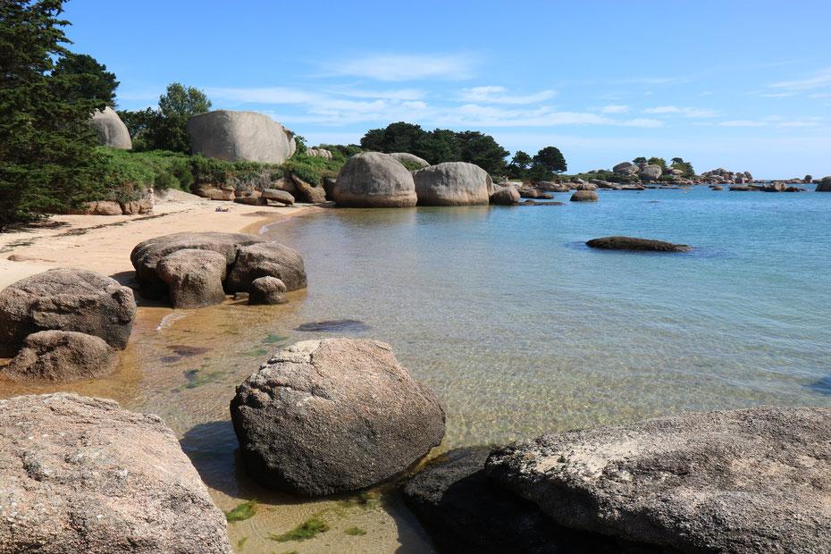 Granite en boules sur l'île Renote, Côte de granite rose
