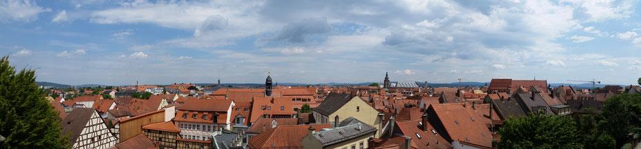 Panoramabild der Altstadt, aufgenommen aus dem Rosengarten im Innenhof der Neuen Residenz