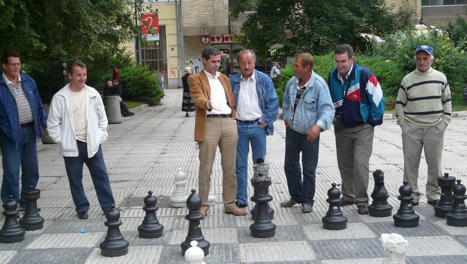 """"""" La c'est sur il faut mettre le cavalier en F5 et lui prendre son fou.."""" Echiquier géant sur une place de Sarajevo."""